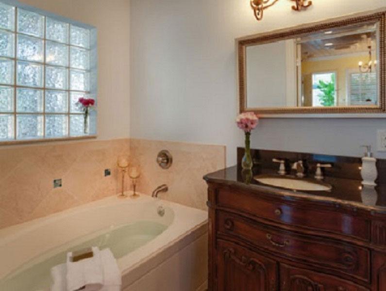 bathroom in the Driftwood Lagoon room